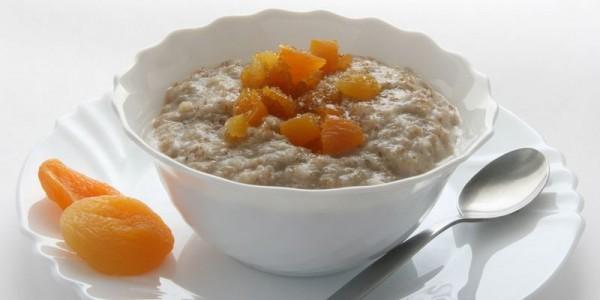 Для улучшения вкусовых качеств овсяной каши в нее можно добавить немного орехов, ягод, фруктов или меда